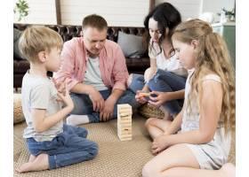 一家人在客厅里玩Jenga_9093611