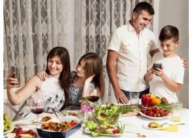 一家人在餐桌上玩得很开心_9265619