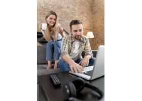 一对夫妇在家中与家人进行视频通话_13453467