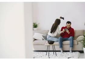 一对夫妇在家里玩电子游戏_8355770