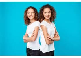 一对双胞胎双胞胎交叉双臂摆姿势露出蓝色_9029340