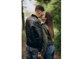 一对年轻漂亮的夫妇一起在树林里_8380371