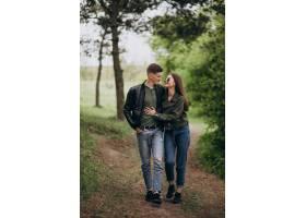 一对年轻漂亮的夫妇一起在树林里_8380373
