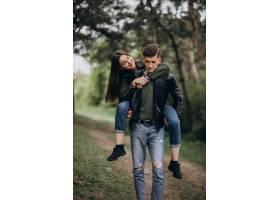 一对年轻漂亮的夫妇一起在树林里_8380387