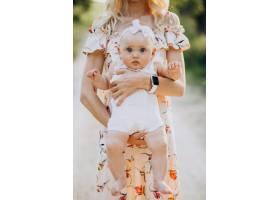 母亲带着年幼的女儿在公园里_9820997