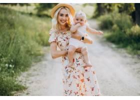 母亲带着年幼的女儿在公园里_9821000