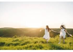 田野里两个穿着白色连衣裙留着长发的姐妹_9658877