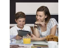 母亲帮助儿子完成家庭作业_9423129