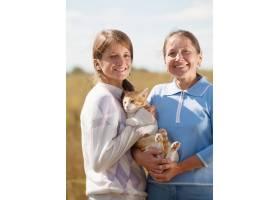 母亲抱着女儿抱着猫_1186378