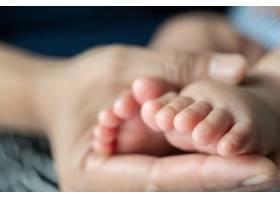 母亲的手点缀着新生儿的脚_10038884