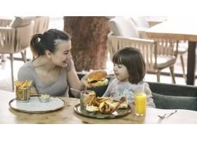 相亲相爱的家庭妈妈带着可爱的女儿在咖啡_10107506