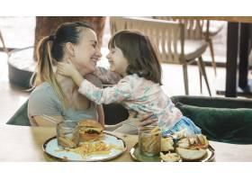 相亲相爱的家庭妈妈带着可爱的女儿在咖啡_10107509