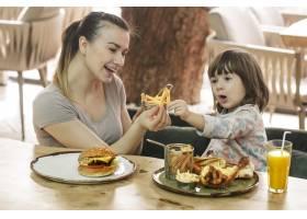 相亲相爱的家庭妈妈带着可爱的女儿在咖啡_10108035