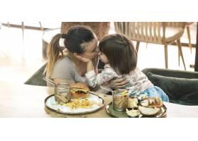 相亲相爱的家庭妈妈带着可爱的女儿在咖啡_10108041