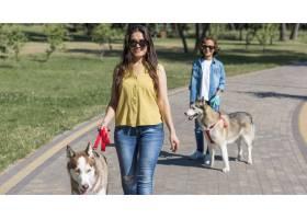 母子俩在公园遛狗的前景_9860940