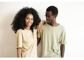 浪漫的非洲年轻夫妇在家中度过美好时光_9534952