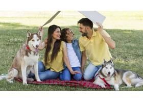 笑脸一家带着狗在公园共度时光_9860939