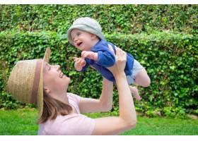 漂亮的妈妈带着女儿在公园里玩耍微笑着_9650610