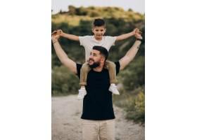父亲和儿子在森林里_10025909