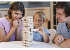 父母和儿子一起玩Jenga的肖像_10163961