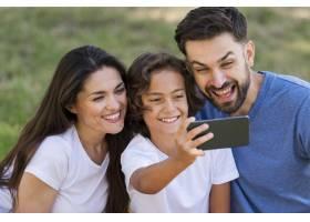 父母和孩子一起在户外自拍_9860910