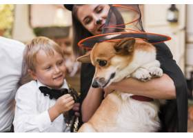特写家庭抱着可爱的狗_10109481