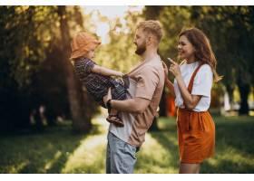 父母带着他们的小女儿在公园里_9320548