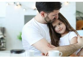 爸爸和女儿一起在家里_9932307