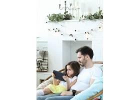 爸爸和女儿一起在家里_9932364