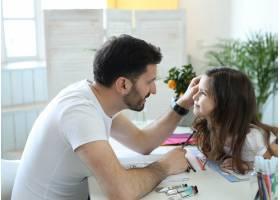 爸爸和女儿在做作业_9931199