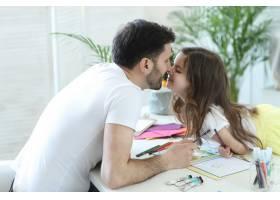 爸爸和女儿在做作业_9931206