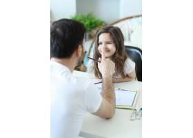 爸爸和女儿在做作业_9931211