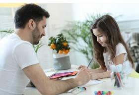 爸爸和女儿在做作业_9931213