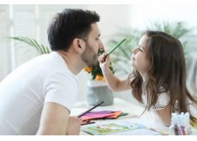爸爸和女儿在做作业_9931238