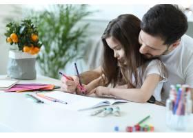 爸爸和女儿在做作业_9931248