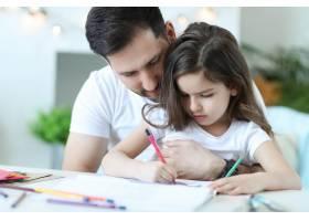 爸爸和女儿在做作业_9931257