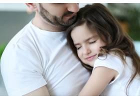 爸爸和女儿在厨房吃早餐_9931275