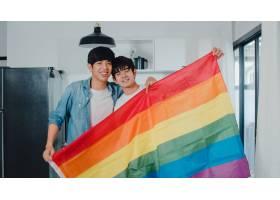 肖像年轻的亚洲同性恋情侣在家中挂彩虹旗感_6139057