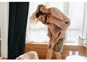 迷人的金发女孩跳回她的男朋友身边恋人们_12432336