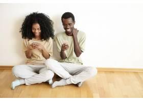 通过社交网络查看新闻馈送的非洲发型漂亮年_9535143