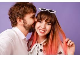 面带微笑粉色头发的美女与留着胡子的男友_9407037
