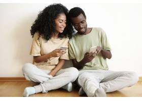 现代技术和通信迷人的非洲男子戴着眼镜_9534976