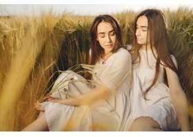 田野里两个穿着白色连衣裙留着长发的姐妹_9658852