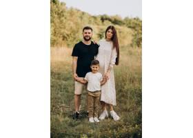 森林里带着丈夫和儿子的年轻孕妇_10025888