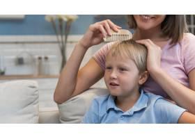 母亲为儿子理发的写真_10163966