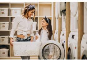 母亲和女儿在自助洗衣店洗衣服_6636862