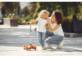 母亲和女儿穿着溜冰鞋在春天公园里_9659276
