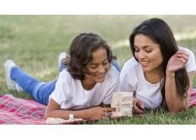 母亲和孩子在公园里一起玩耍_9860932