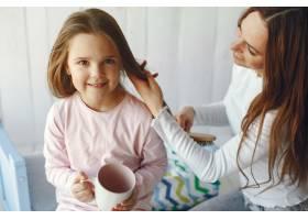 母亲和小女儿在家里玩得很开心_9659241