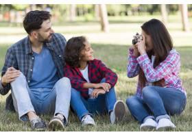 母亲在公园里拍摄父子俩的户外照片_9860923